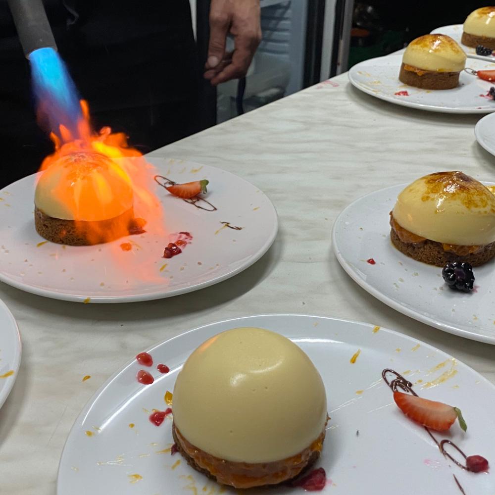 Crème brûlée au romarin et couli d'abricot gingembre